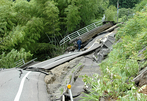 Road_destroyed_by_Japan_quake